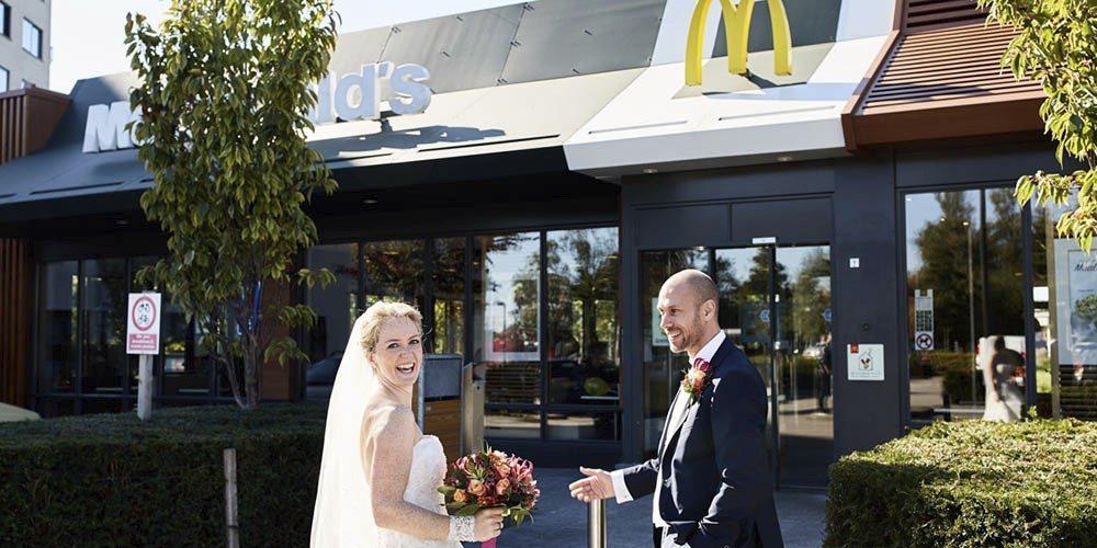 Bruidspaar bij de Mc Donalds.