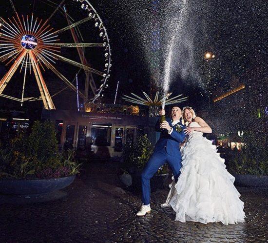 Bruidspaar viert feest op De Dam.