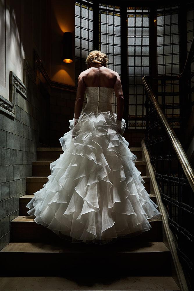 Bruid showt haar jurk op de trap