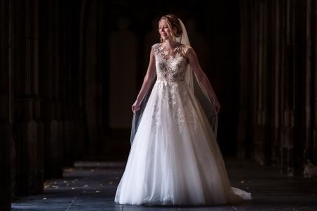 Prachtige bruid loopt in de Domtuin