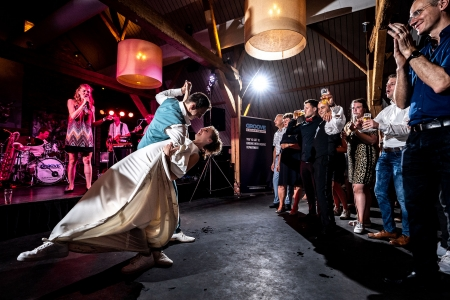 Bruidspaar doet openingsdans bij De Landgoederij