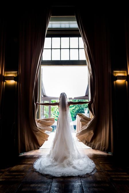 De bruid in een deuropening