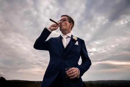 Bruidegom rook sigaar bij Domaine d'Essendiéras