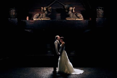 Creatieve foto van bruidspaar op locatie Fort St. Gertrudis