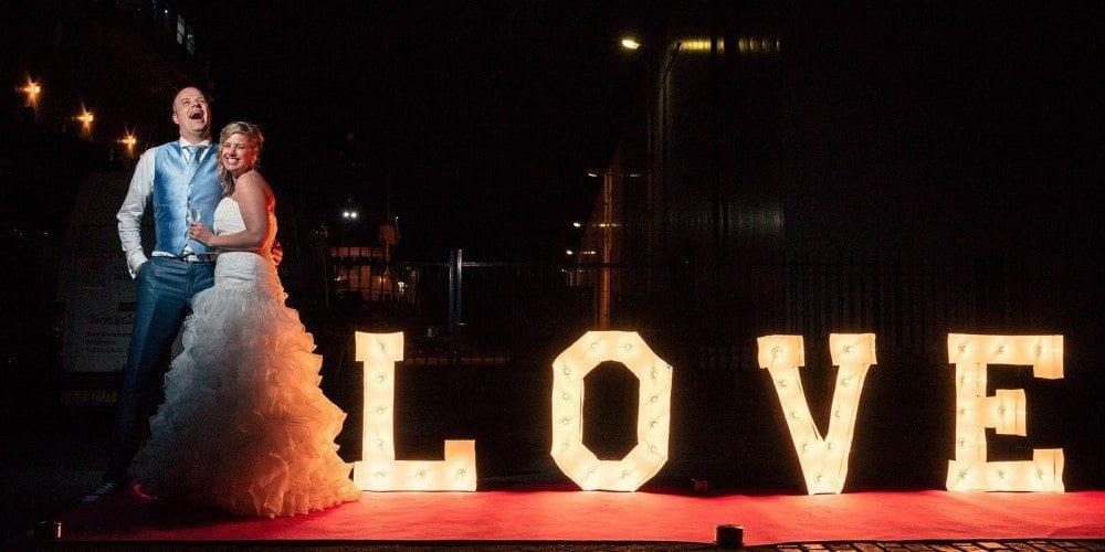 LOVE letters trouwfoto bij De Vertrekhal