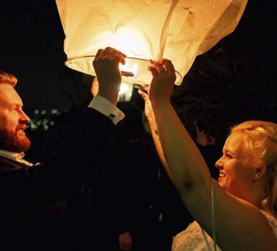 De Zweedse bruiloft wordt afgesloten met wensballonnen