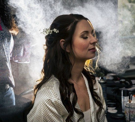 De hairspray foto van tijdens het opmaken.