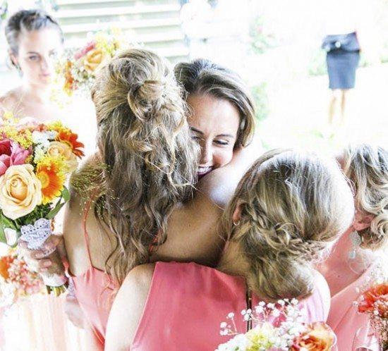 Bruidsmeisjes feliciteren de bruid bij Landgoed Rhederoord.