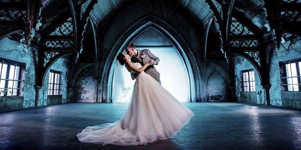 Bruiloft fotoshoot bij Metaal Kathedraal