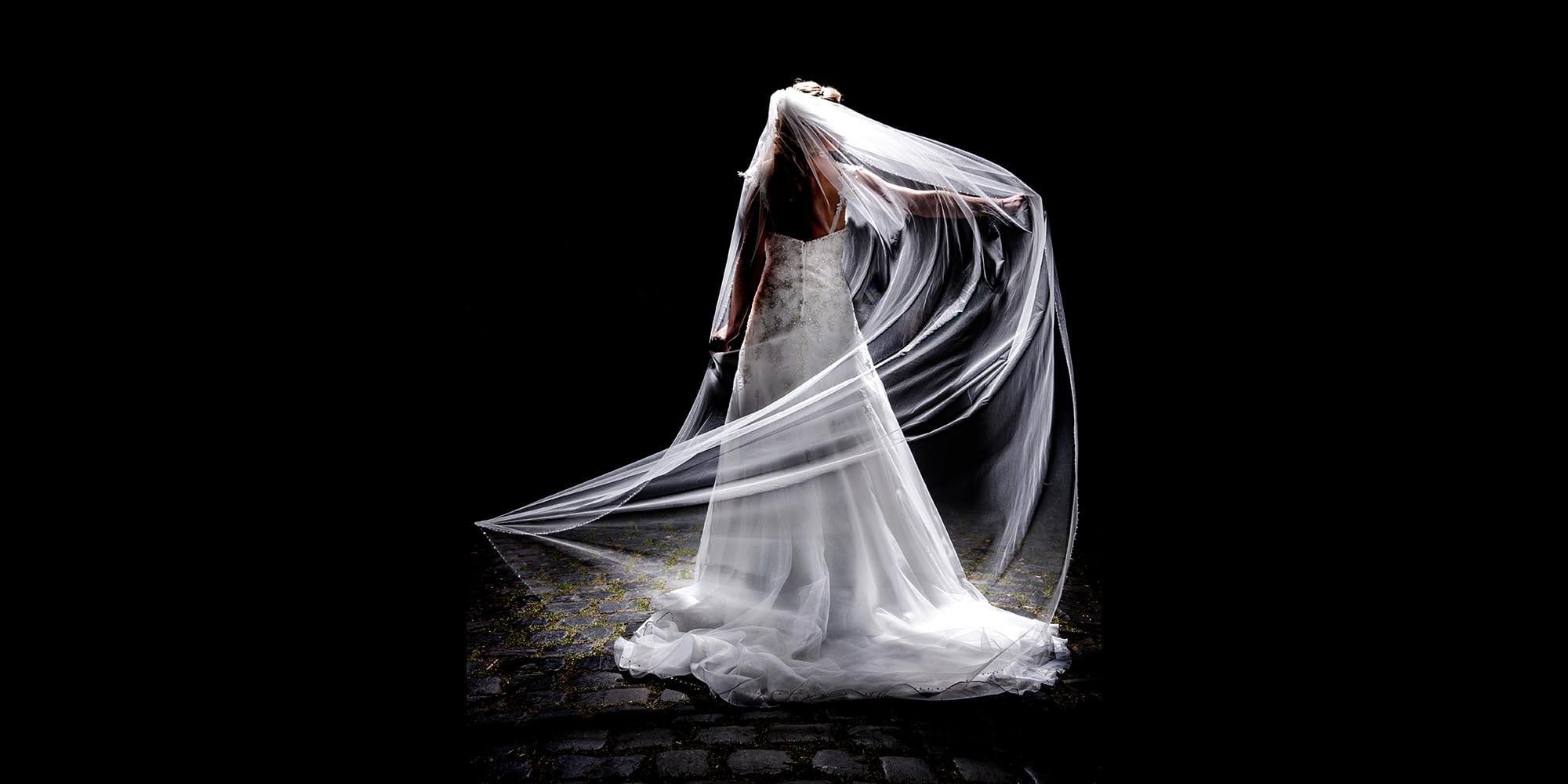 Bruid draagt sluier.