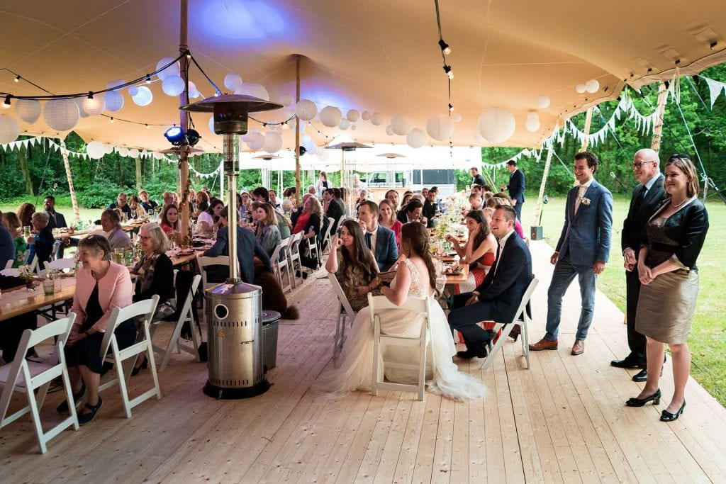 Diner op festival bruiloft in tent