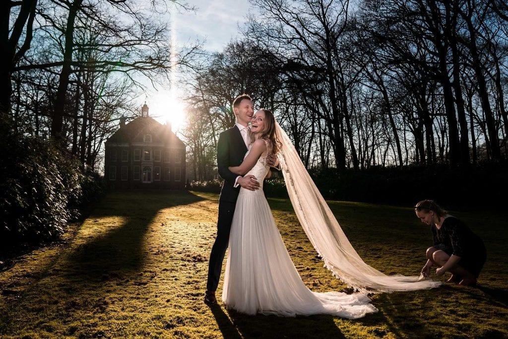 Lol maken tijdens de trouwfoto's in de herfst