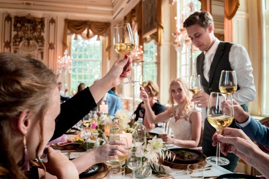 Proosten bij het diner in een mooie zaal