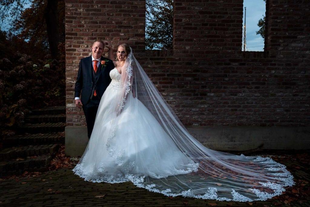 Spontane ongedwongen trouwfoto in de herfst