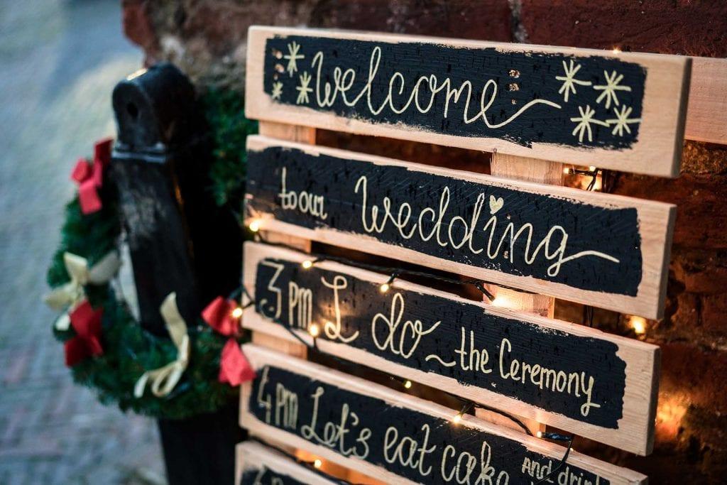 Bruiloft styling winter bruiloft kerstverlichting welkomstbord