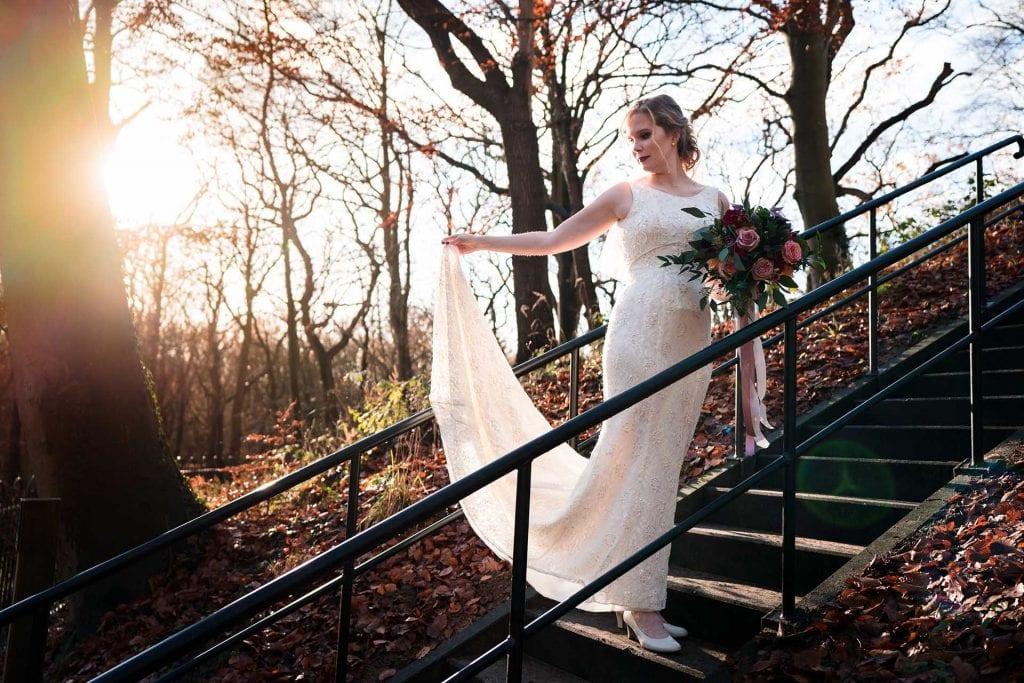 Bruid in trouwjurk in het bos
