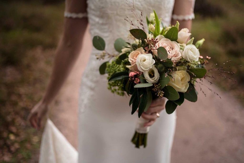 Bruidsboeket met herfst bloemen