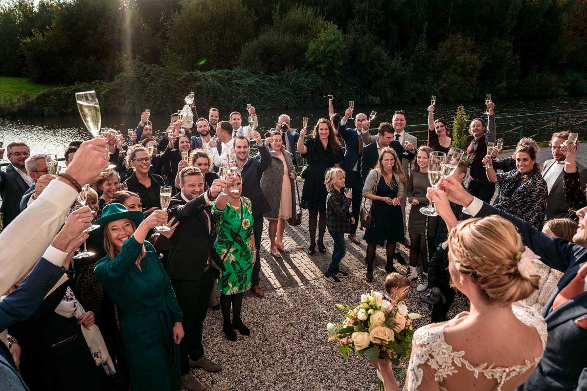 Bruiloft borrel proosten buiten