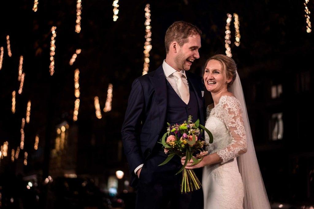 Unieke trouwfoto in het donker
