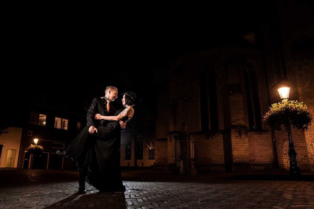 Trouwfoto in de donkere stad