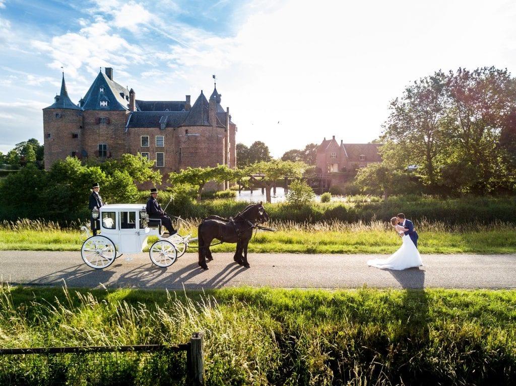 Bruidspaar bij Kasteel Ammersoyen met paardenkoets