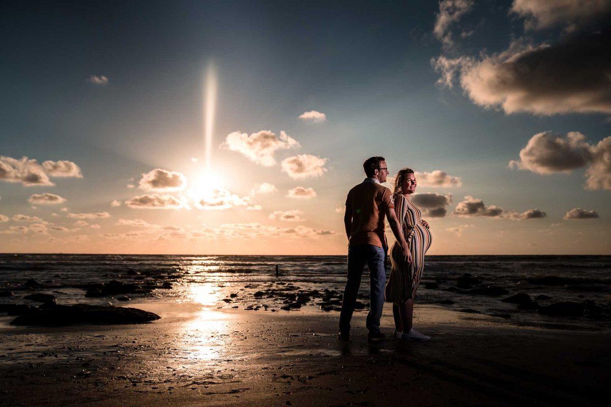 Creatieve zwangerschap foto op het strand
