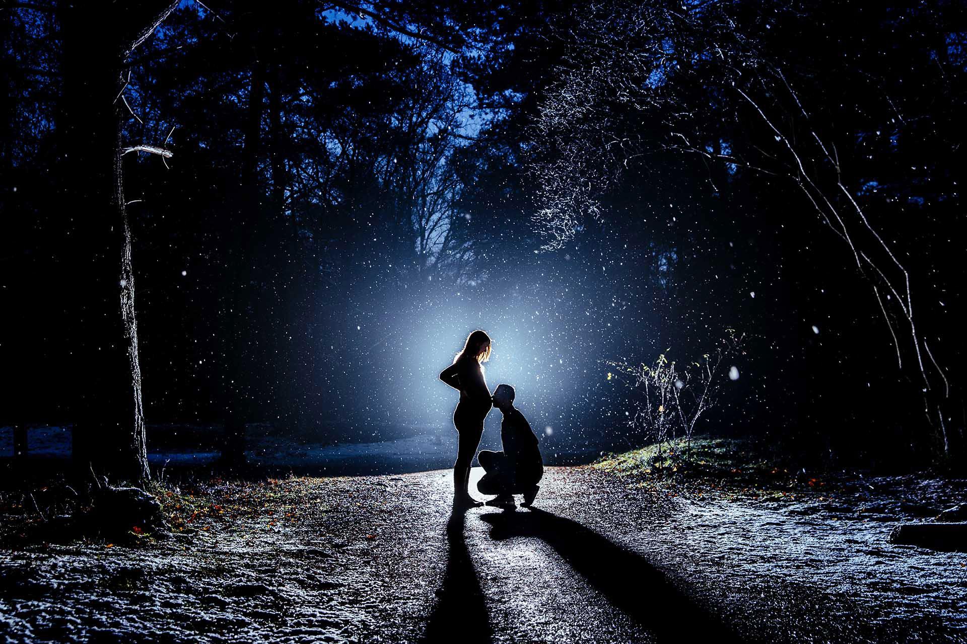Zwangerschapsshoot in bos 's nachts