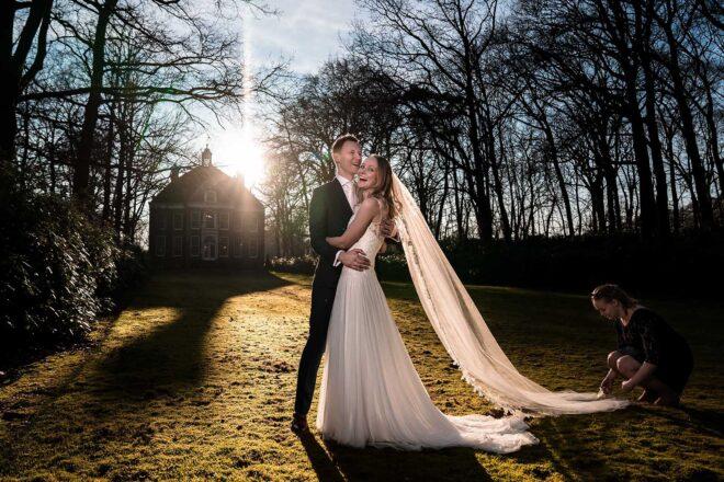 Bruidspaar in de zon op Buitenplaats Sparrendaal