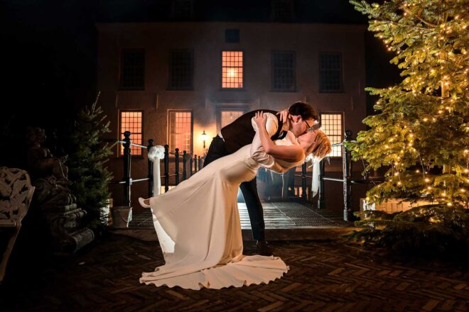 Kussend bruidspaar in de herfst