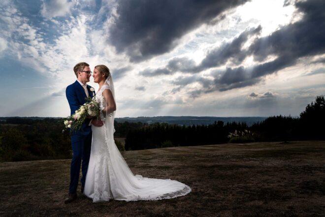 Bruidspaar met wolken op de achtergrond