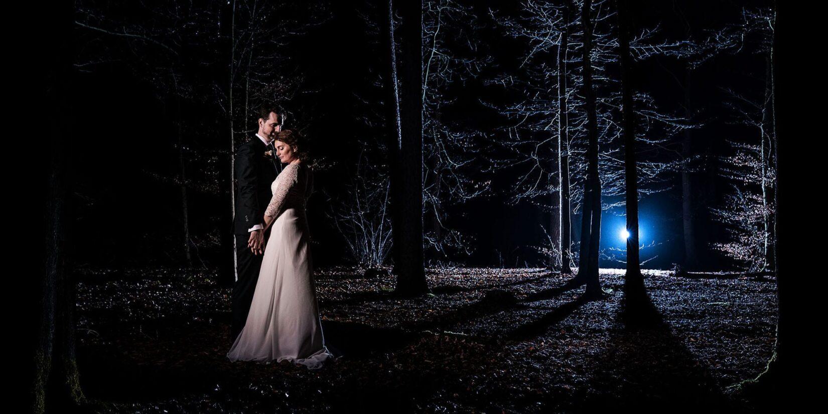 Romantisch bruidspaar in bos