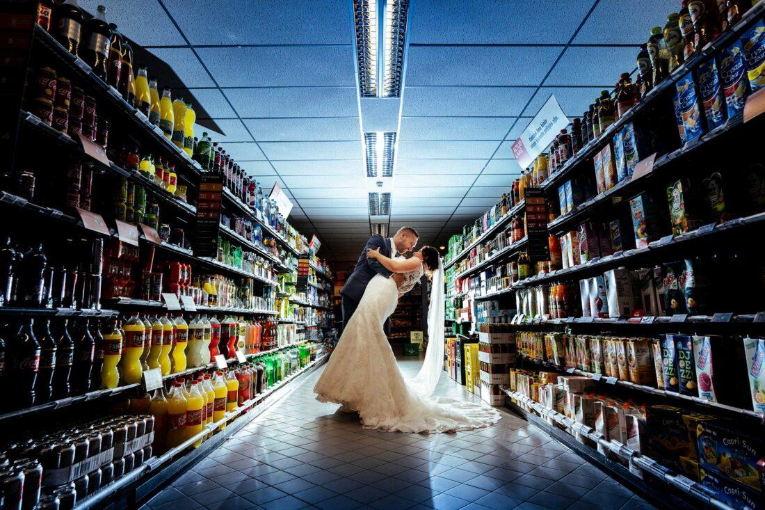 Bruidspaar in supermarkt