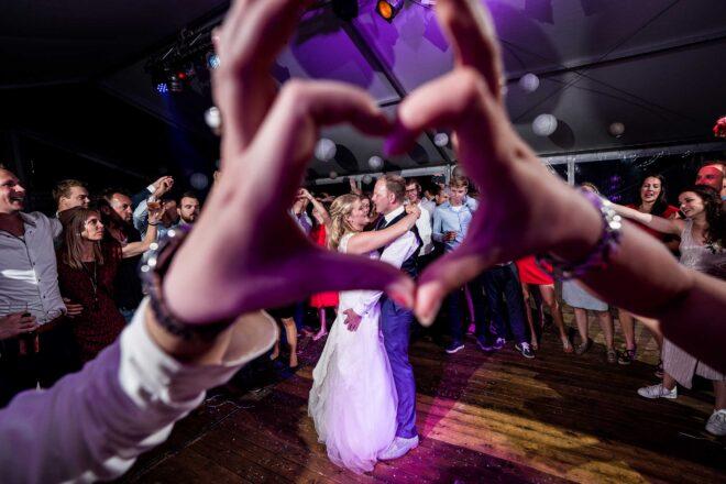 Bruidspaar tijdens feest
