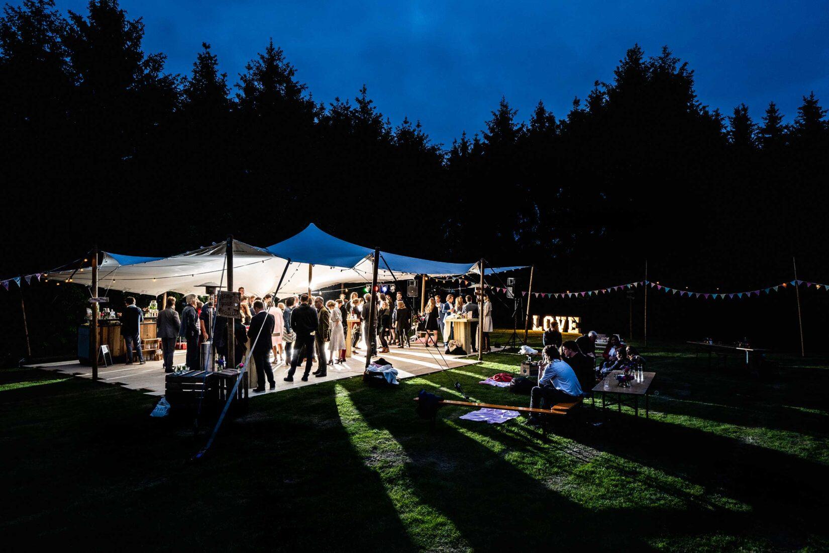 Feest in tent tijdens bruiloft
