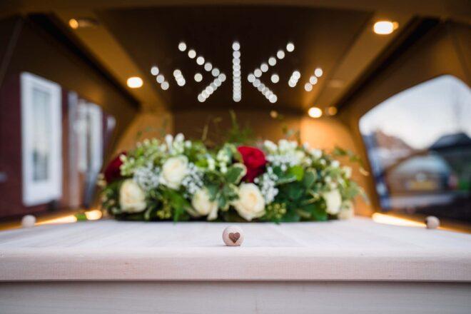 Begrafenis kist met persoonlijke decoratie