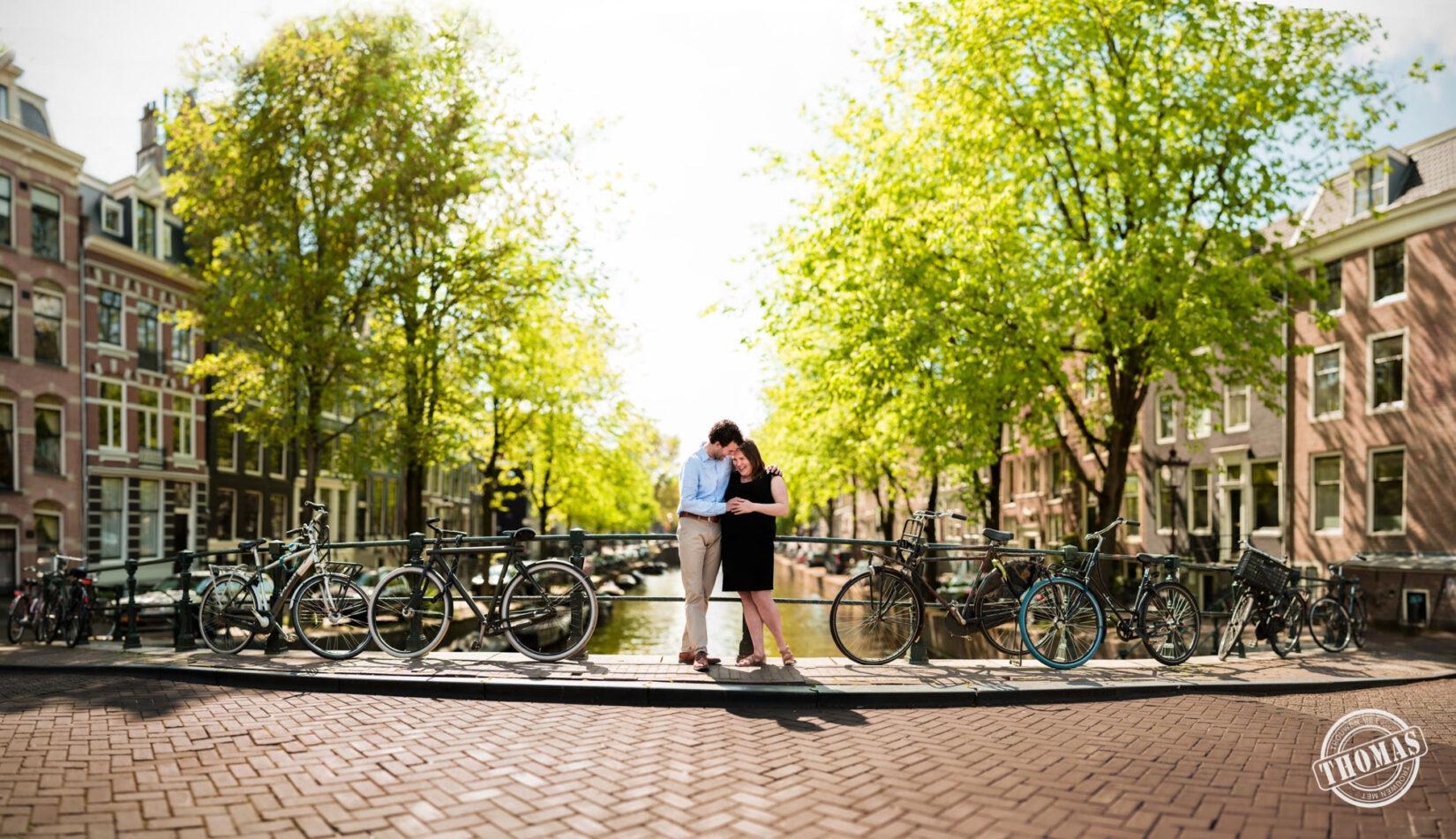 Zwangerschap fotoshoot bij Amsterdamse grachten