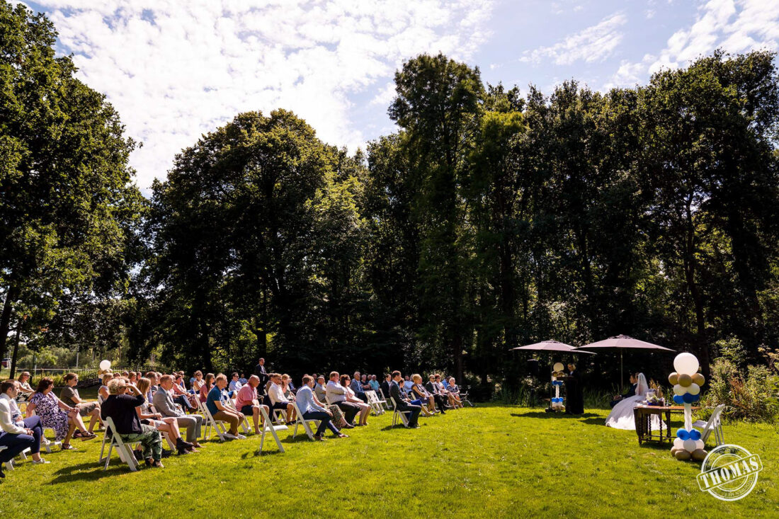 Een buitenceremonie met 100 gasten tijdens een corona bruiloft