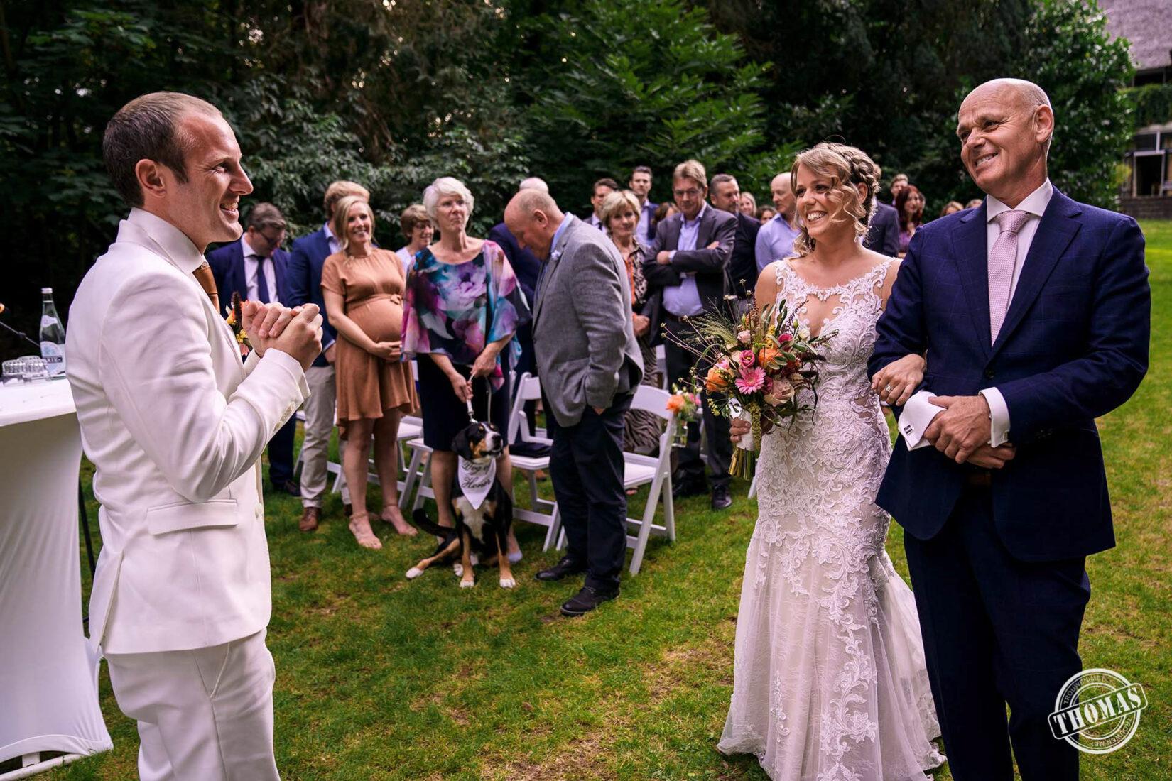 De bruid wordt weggegeven door haar vader.