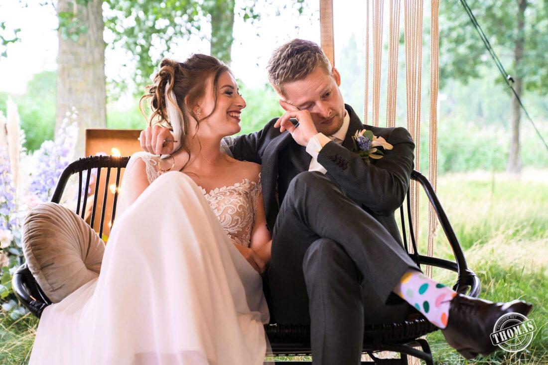 De bruidegom veegt een traan weg.