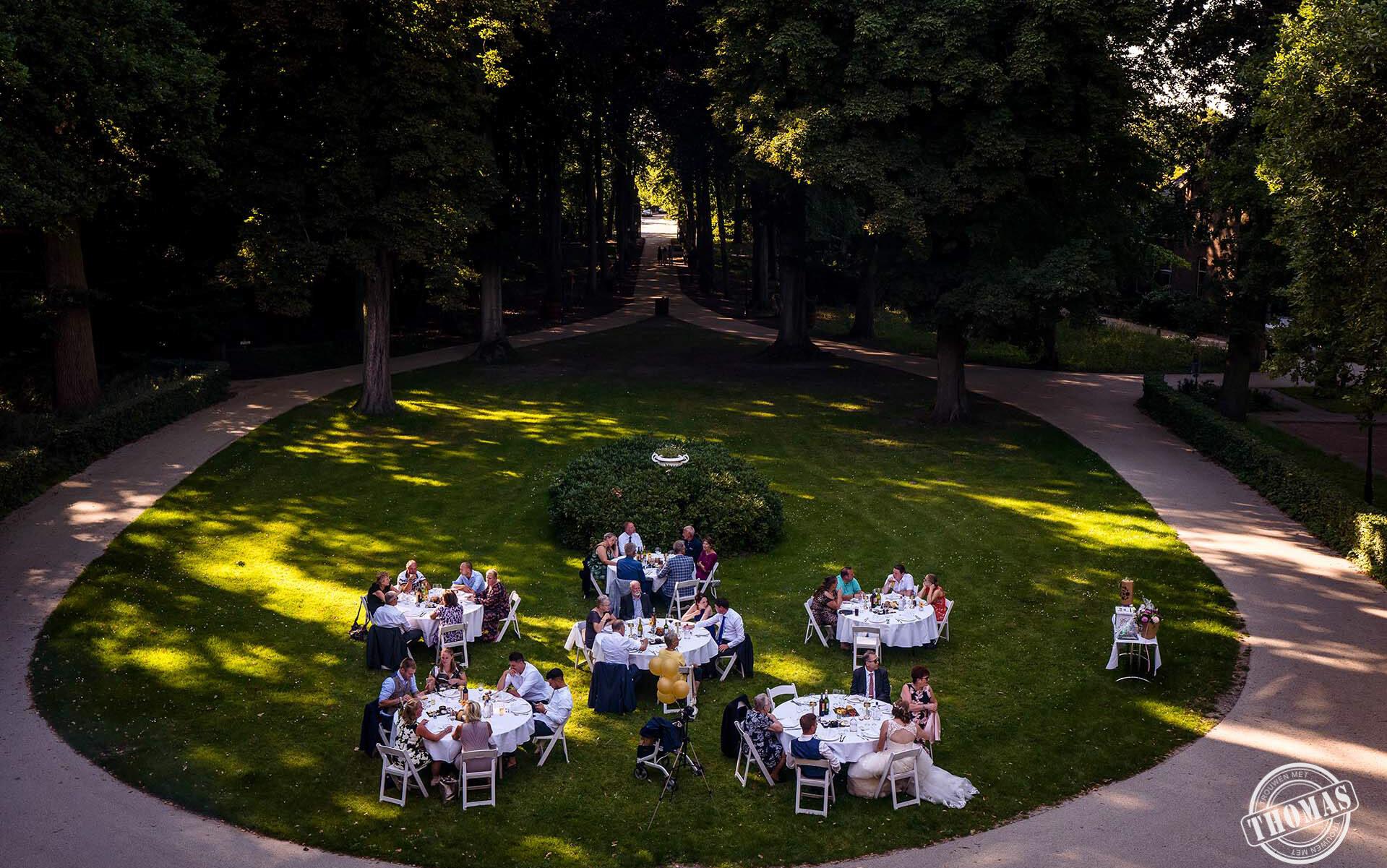 Diner tijdens een bruiloft in Coronatijd