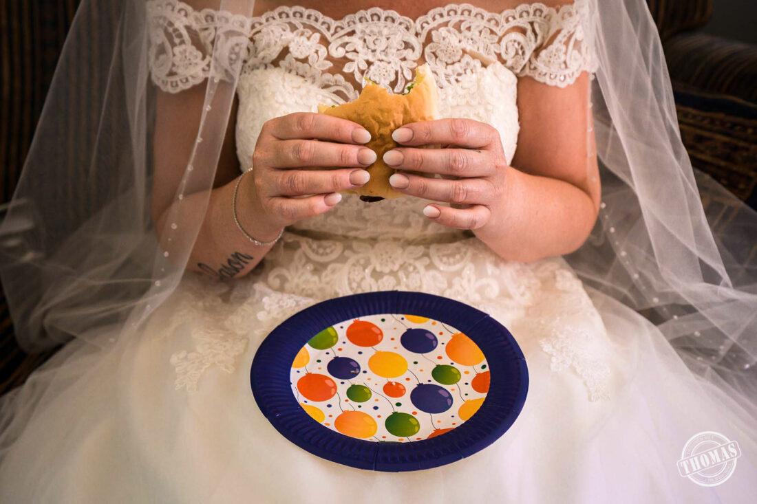 Bruid eet boterham