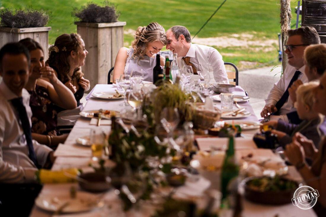 Buiten eten op bruiloft