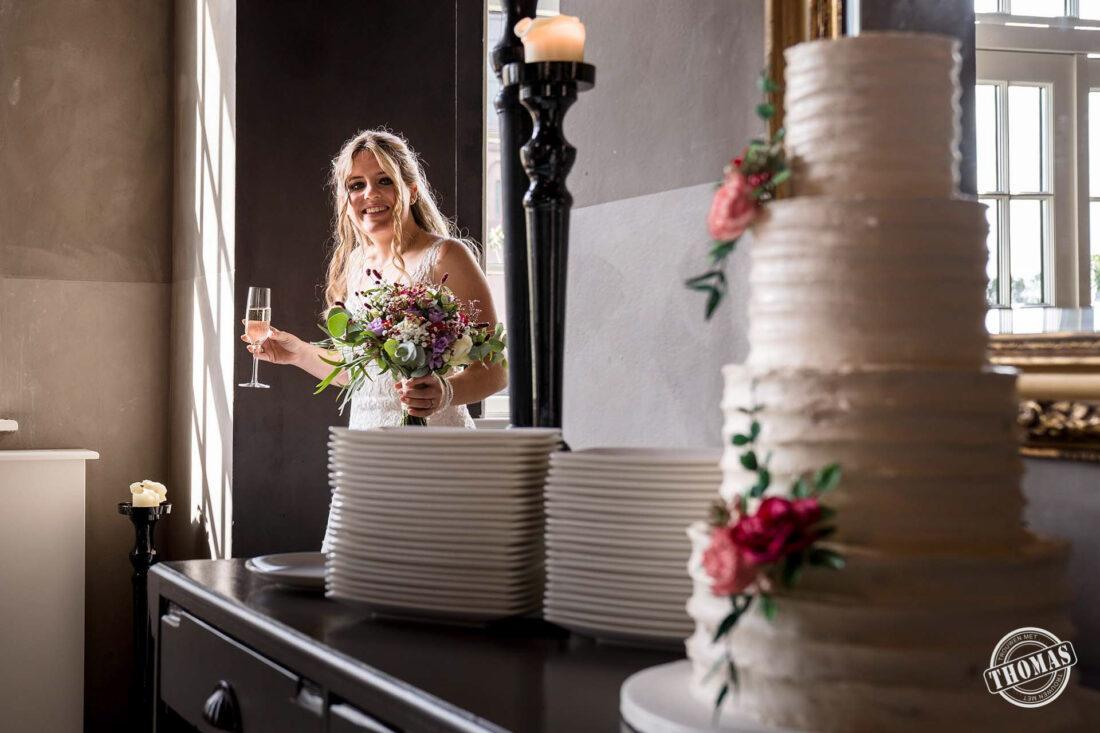 Bruid kijkt naar bruidstaart