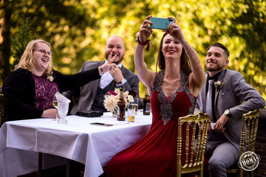 Groepsfoto selfie op bruiloft anderhalve meter