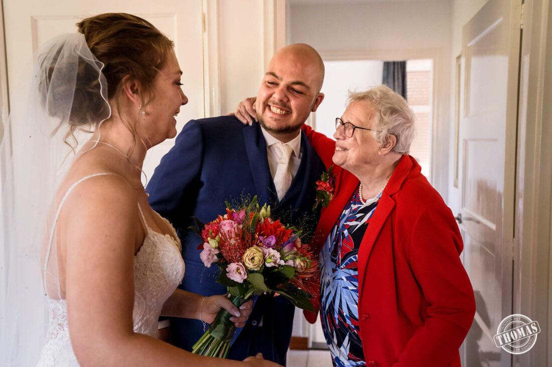 Oma feliciteert de bruidegom.