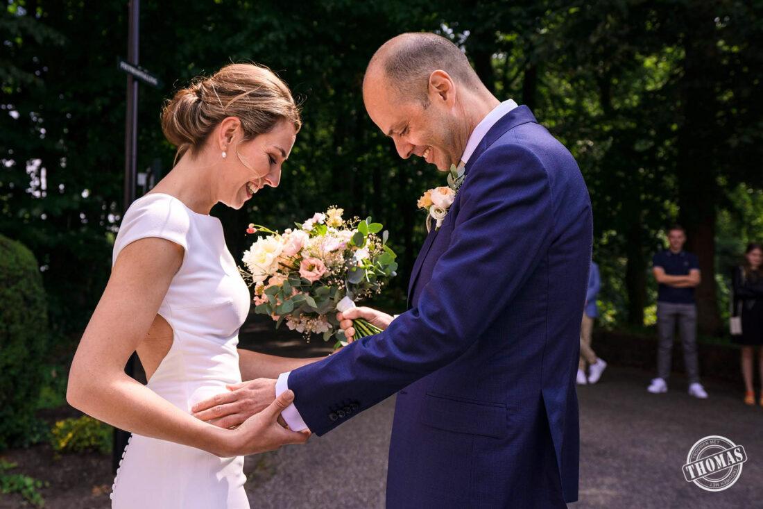 Bruidegom ziet zijn bruid voor het eerst.