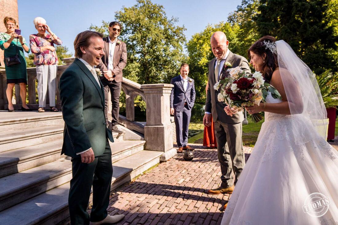 De bruidegom ziet zijn bruid.