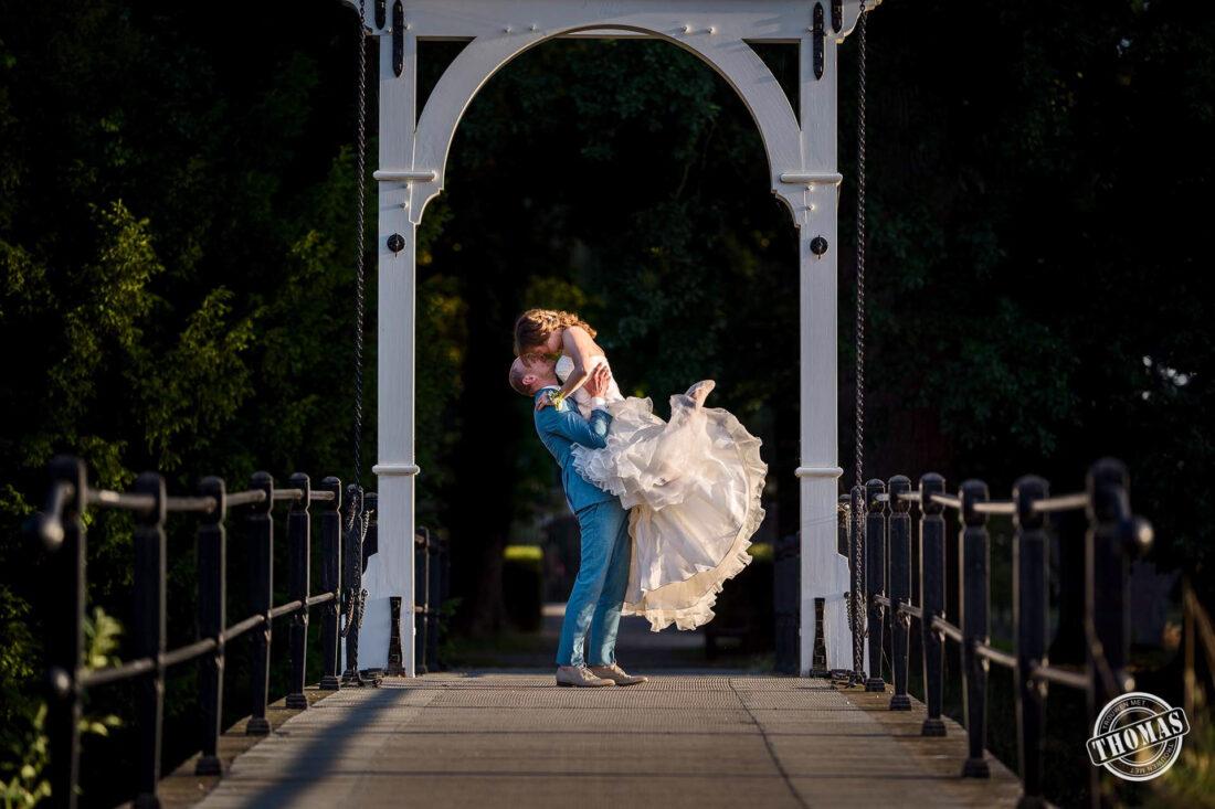 Speelse trouwfoto's bij Buitenplaats Amerongen