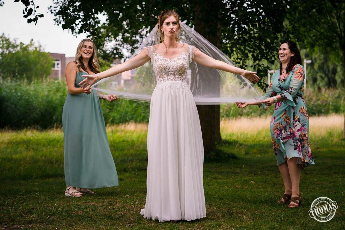 Creatieve anderhalve meter groepsfoto met bruidsmeisjes