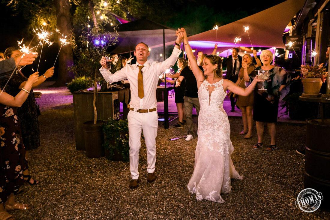 Bruidspaar loopt door sterretjeshaag